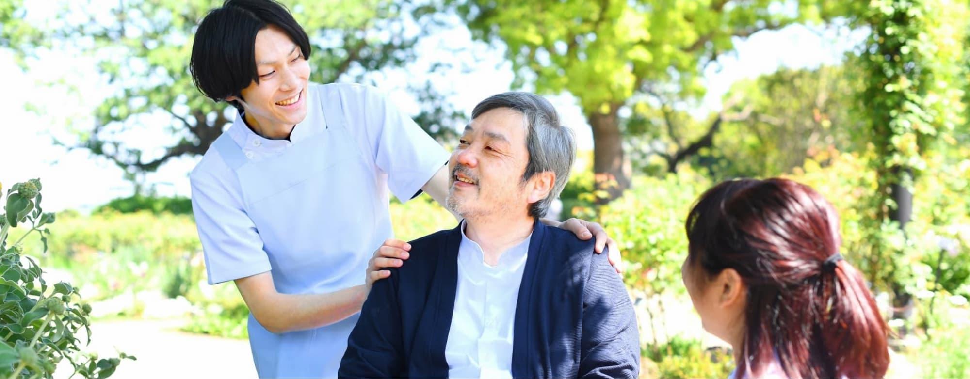 スタッフと高齢者が笑顔で会話している写真